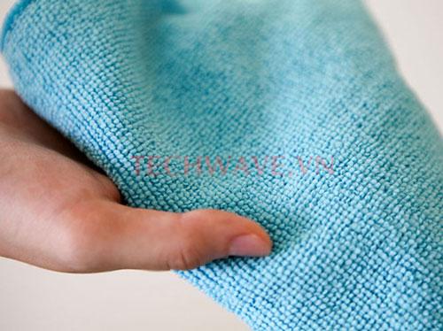 Sử dụng khăn khô hoặc máy sấy để làm khô